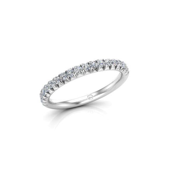 Funkelnde Brillanten umschließen diesen eleganten Memoire-Ring. Ein zierlicher Diamantring, ideal für als Ehering oder in Kombination mit einem Verlobungsring.
