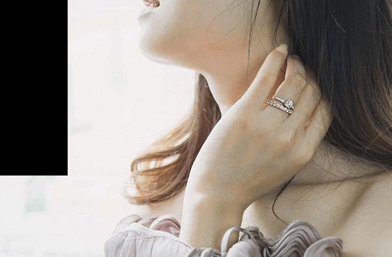Braut mit Verlobungsring und Beisteckring am Finger